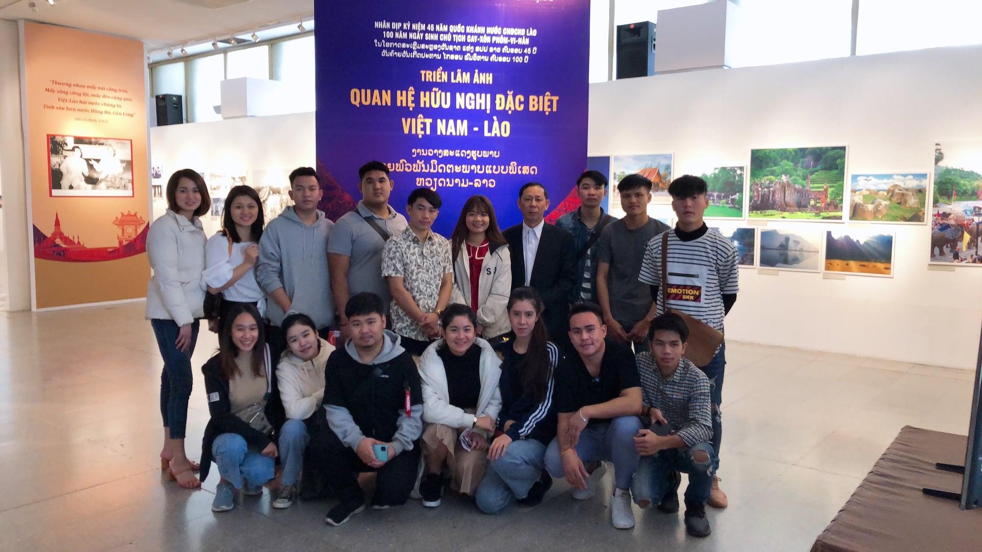 Tổ chức thăm Lăng Chủ tịch Hồ Chí Minh cho sinh viên Lào nhân kỷ niệm Quốc khánh CHDCND Lào